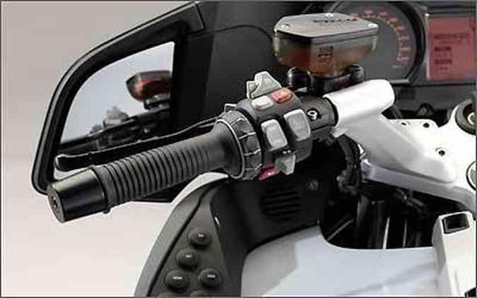 O guidão de uma moto funciona como uma espécie de alavanca(foto: BMW/Divulgação)