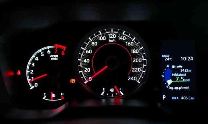 O quadro de instrumentos das versões com motor 2.0 tem conta-giros e velocímetro analógicos, além de pequena tela digital(foto: Toyota/Divulgação)