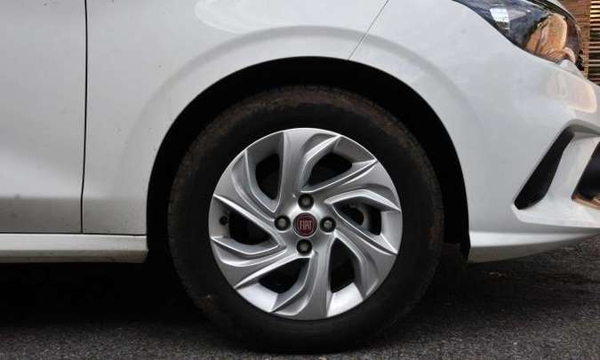 As rodas de liga leve de 15 polegadas são opcionais nesta versão Drive(foto: Ramon Lisboa/EM/D.A Press)