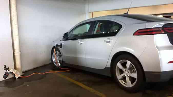 Nos EUA a moda já pegou: Chevrolet Volt é recarregado em Shopping de Los Angeles(foto: Marcello Oliveira/EM/D.A Press)