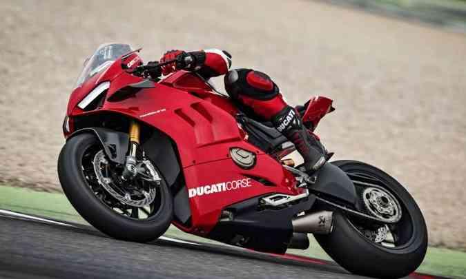 As suspensões são Ohlins, ajustáveis, inclusive na altura do monobraço traseiro e no amortecedor de direção(foto: Ducati/Divulgação)