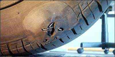 Imagem do Centro Nacional de Segurança Veicular mostra reparo inadequado feito em pneu de automóvel - CNSV/Divulgação