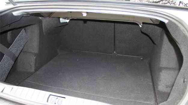 Porta-malas tem capacidade para 496 litros - Marcelo Ney Vidal/EM/D.A Press