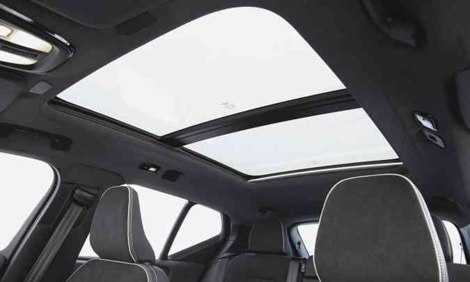 O teto solar panorâmico amplia a visibilidade e a luminosidade até o banco traseiro(foto: Fábio Aro/Volvo/Divulgação)