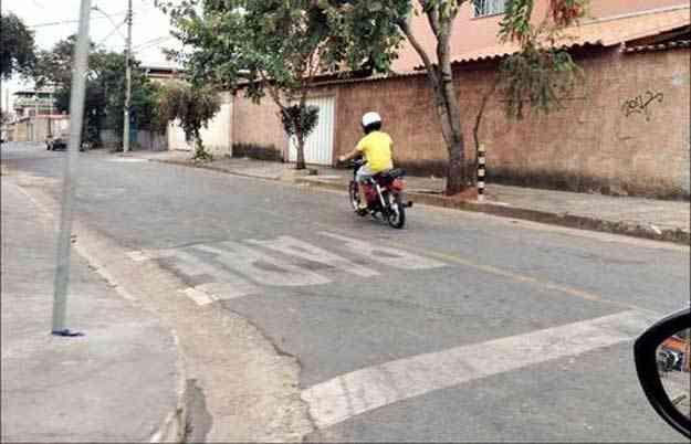 Seja nas ruas tranquilas de bairro ou na área central da capital, aumenta o número de ciclomotores circulando sem placa de licença e com adolescentes pilotando - Marlos Ney Vidal/EM/D.A Press