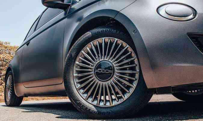 A versão Icon é equipada com rodas de liga leve raiadas, de 16 polegadas(foto: Jorge Lopes/EM/D.A Press)