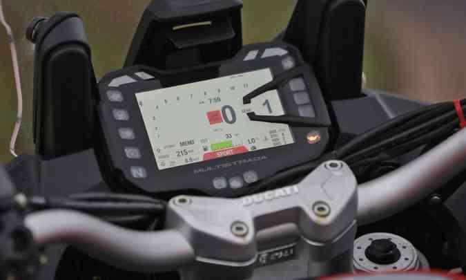 O painel tem tela colorida de TFT, com espelhamento de smartphone(foto: Mario Villaescusa/Ducati/Divulgação)