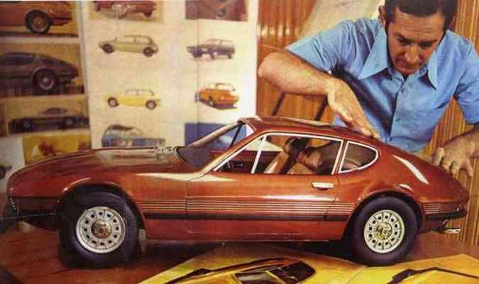 Imagem do começo dos anos 70 com o designer e maquete do SP-2(foto: Volkswagen/Divulgação)