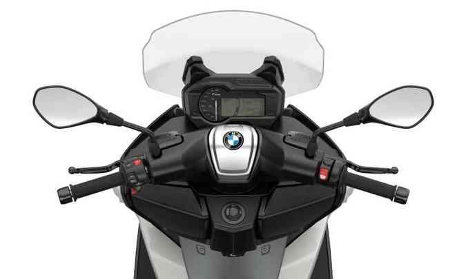 O painel tem tela TFT e pode ser conectado ao celular e seus aplicativos(foto: Fotos: BMW/Divulgação)