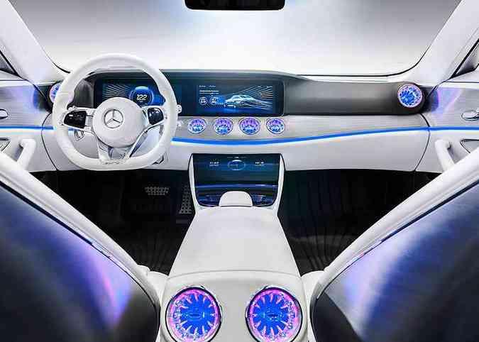 Painel limpo e comandos são por meio de telas sensíveis ao toque(foto: Mercedes-Benz/Divulgação)