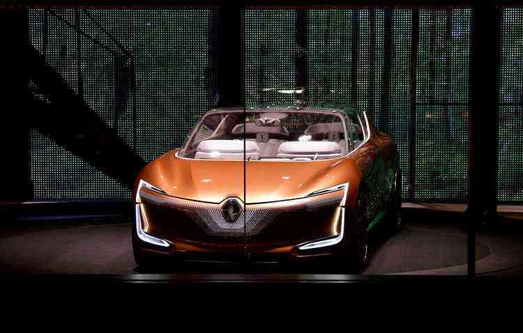 Symbioz permite que motorista escolha entre dirigir ou o próprio veículo pilotar automaticamente  - Tobias Schwarz / AFP