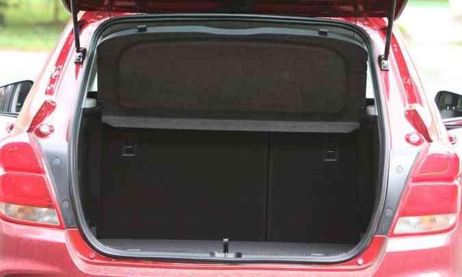 O porta-malas é um dos menores da categoria, com 306 litros de capacidade (foto: Edésio Ferreira/EM/D.A Press)