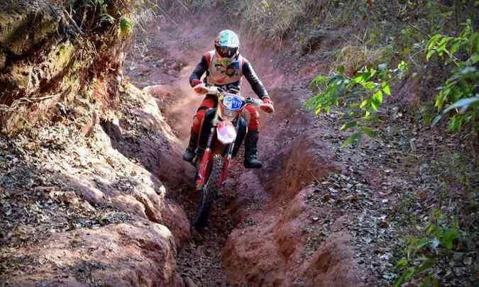 Nas valas cavadas na terra, o piloto Tonico Maciel não teve dificuldades para seguir em frente(foto: Janjão Santiago/Mundo Press)