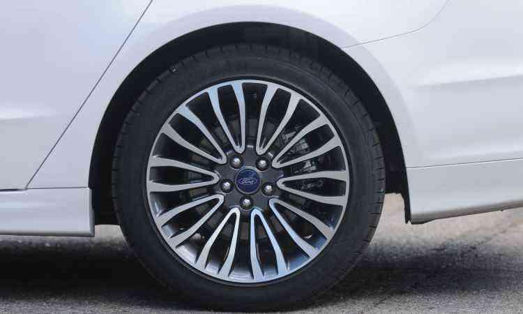 Belas rodas raiadas de liga leve aro 18 polegadas - Leandro Couri/EM/D.A Press