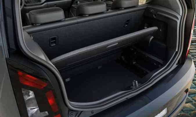 O porta-malas com capacidade para 285 litros é dividido em dois compartimentos(foto: Volkswagen/Divulgação)