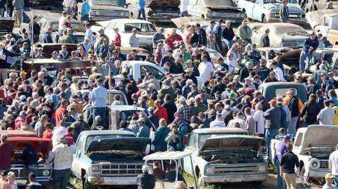 Mais de 10 mil pessoas foram conferir veículos guardados por décadas nos EUA(foto: Jason Kempin/Getty Images for HISTORY/AFP )