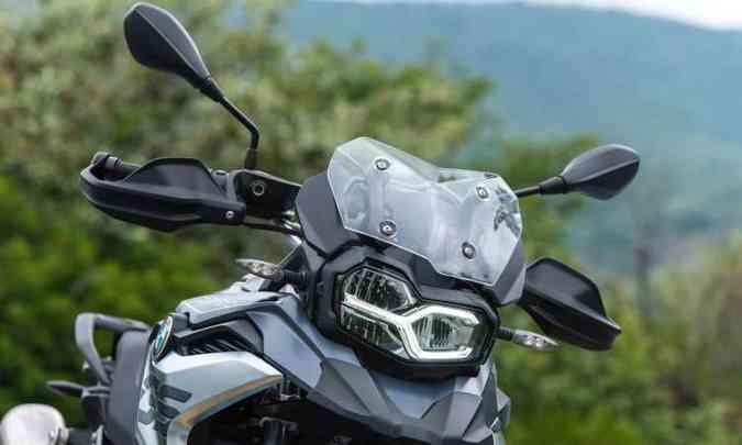 Faróis assimétricos e para-brisa são comuns aos dois modelos(foto: BMW/Divulgação)