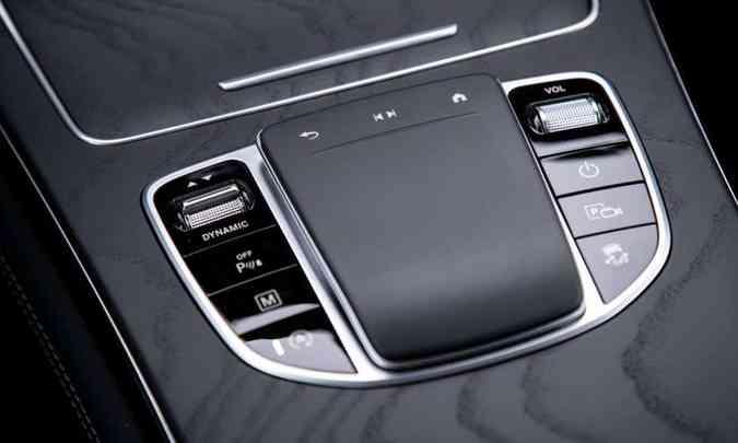 Novo touchpad no console permite acesso ao sistema multimídia e outros sistemas(foto: Estúdio Malagrine/Mercedes-Benz/Divulgação)