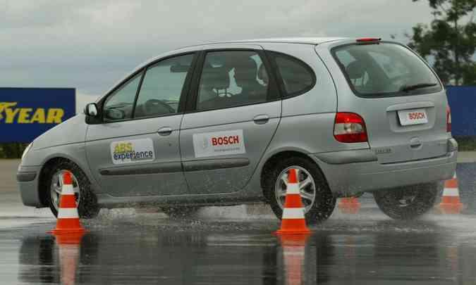 Lâmina d'água sobre o asfalto aumenta o risco de aquaplanagem e exige mais dos freios(foto: Bosch/Divulgação)