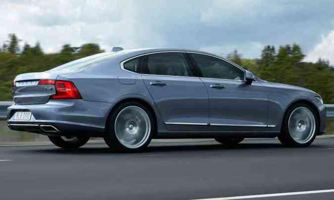Arrojado, sem abrir mão do DNA Volvo, S90 tem dimensões generosas: 4,96m de comprimento e porta-malas de 500 litros(foto: Volvo/Divulgação)