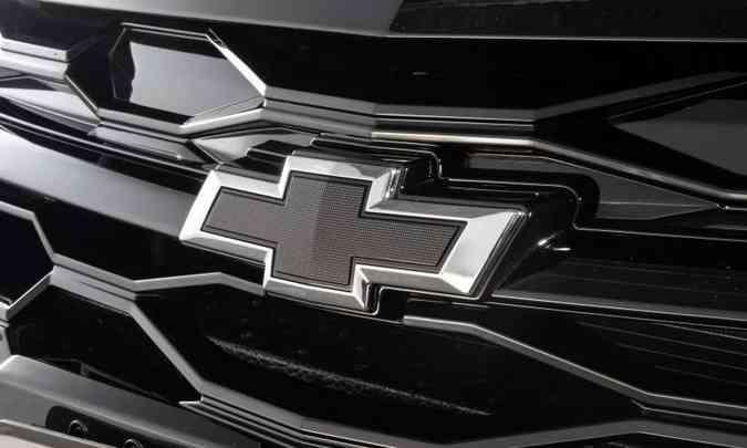 O Chevrolet Onix Plus Midnight tem a grade toda escurecida, inclusive a gravatinha da marca(foto: Chevrolet/Divulgação)