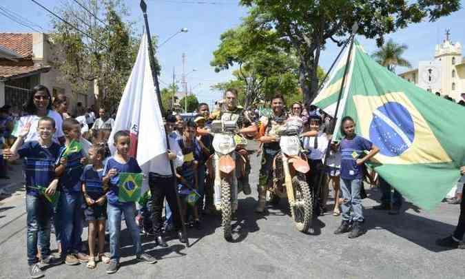 O espírito patriótico é ressaltado nas cidades por onde os competidores passam(foto: Léo Tavares/Divulgação)