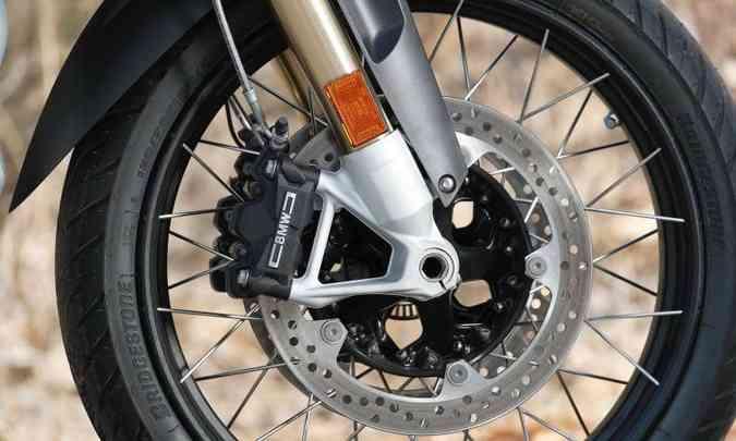 Modelo tem ainda o sistema ABS, que atuando em conjunto com o controle de frenagem pode ser acionado em curvas(foto: BMW/Divulgação)