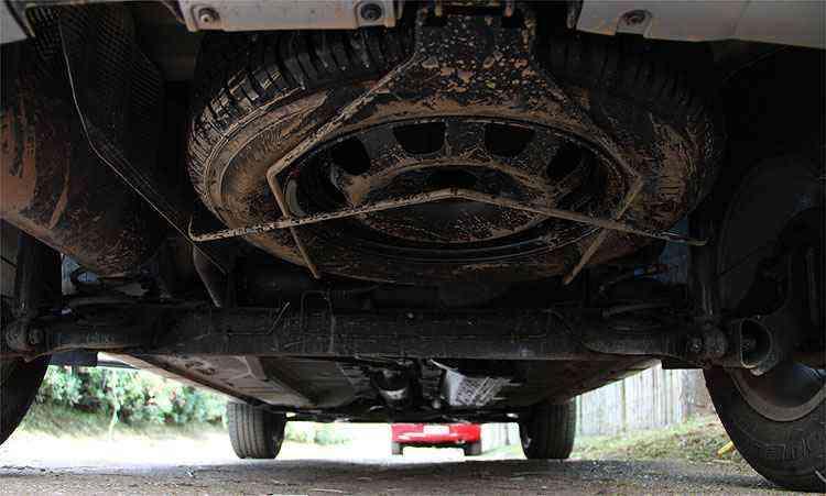 Estepe embaixo está sempre sujo e requer cuidado na retirada - Marlos Ney Vidal/EM/D.A Press