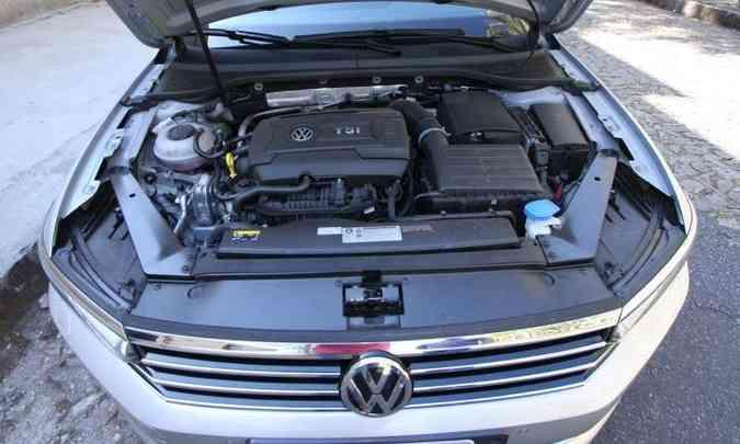 O motor 2.0 turbo proporciona ótimo desempenho ao sedã na cidade e na estrada(foto: Edésio Ferreira/EM/D.A Press)