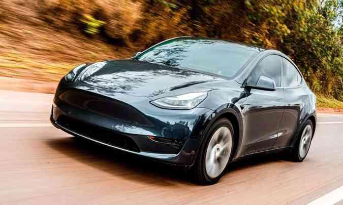 O Tesla Model Y tem sistema de condução autônoma que permite o motorista tirar as mão do volante sem se preocupar(foto: Jorge Lopes/EM/D.A Press)