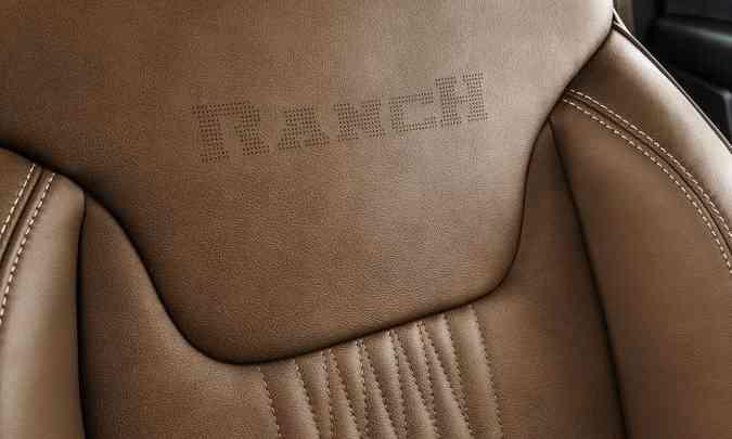 O nome da versão aparece gravado no encosto dos bancos dianteiros e nos tapetes(foto: Fiat/Divulgação)
