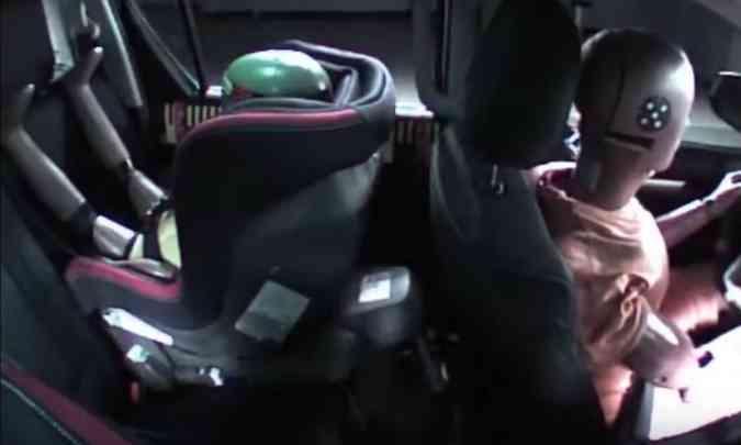 Posição do dummie de três anos causou estranhamento porque as pernas ficaram apoiadas no encosto do banco traseiro(foto: Latin NCAP/Reprodução)