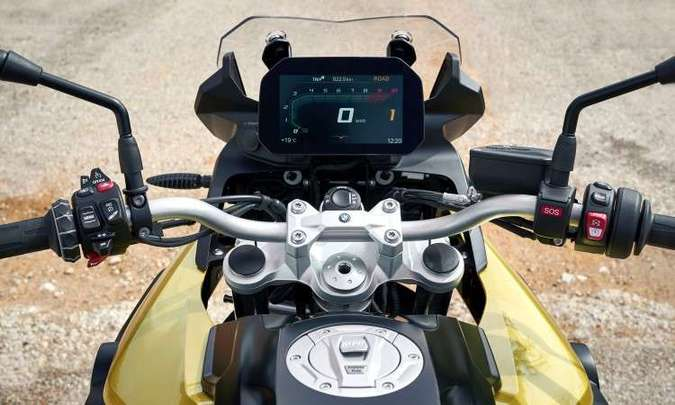 O painel tem tela TFT e pode ser sincronizado com o celular(foto: BMW/Divulgação )