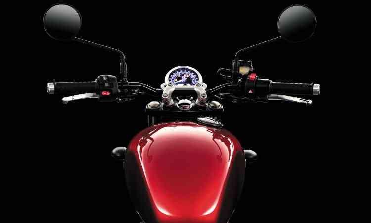 O painel se resume ao único relojão arredondado - Triumph/Divulgação