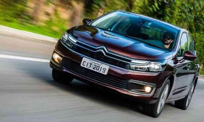 A grade frontal mantém as barras paralelas com o Chevron ao centro, mas com luzes diurnas integradas(foto: Citroën/Divulgação)