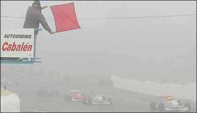 A neblina roubou as atenções neste domingo na Fórmula 3 Sul-Americana e obrigou a direção de prova a interromper a corrida depois de 22 minutos - Luca Bassani/Divulgação