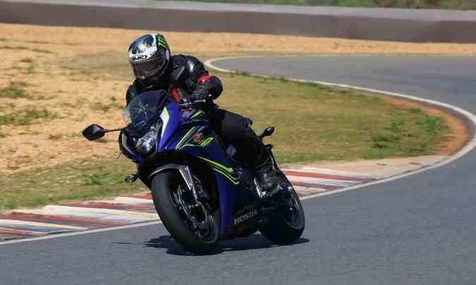 Já a Honda CBR 650 F conta com carenagem para melhorar sua aerodinâmica(foto: Caio Mattos/Honda/Divulgação)