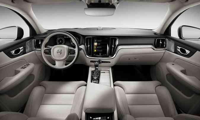 Interior tem acabamento refinado e sistema Sensus Connect, compatível com Apple CarPlay, Android Auto e 4G(foto: Volvo/Divulgação)