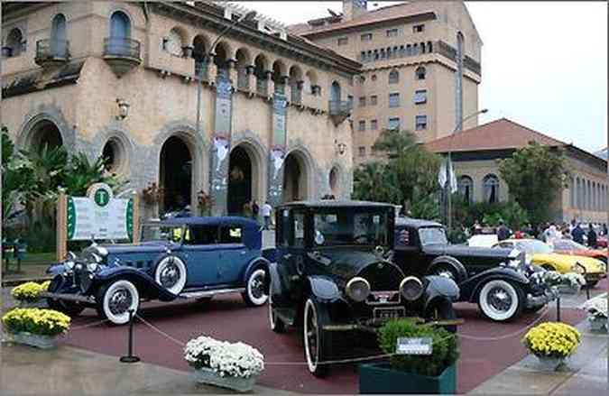 A imponência dos Cadillac V8 1916 (C) e V12 1937 (D), do Packard Dietrich 1933 e do Grand Hotel