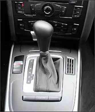Câmbio do tipo CVT permite trocas no modo automático ou manual, com oito marchas