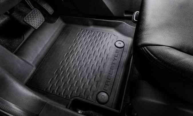 O nome da versão aventureira está também no tapete de borracha aos pés do motorista(foto: Ford/Divulgação)