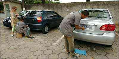 Procedimento de colocação das placas e selagem é rápido e pode ser acompanhado pelo dono do veículo - Beto Novaes/EM/D.A Press - 5/12/05