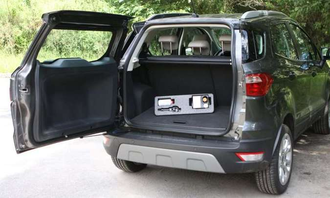 Porta-malas é pequeno, mas guarda sob o assoalho o kit de reparo dos pneus(foto: Edésio Ferreira/EM/D.A Press)