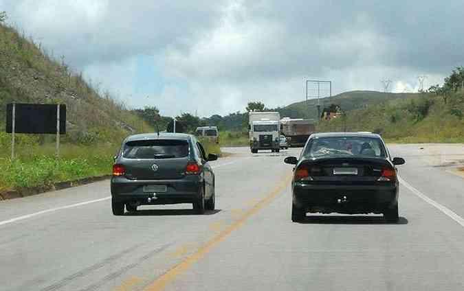 Forçar passagem entre veículos em sentidos opostos: multa de R$ 1,9 mil(foto: Túlio Santos/EM/D.A Press)