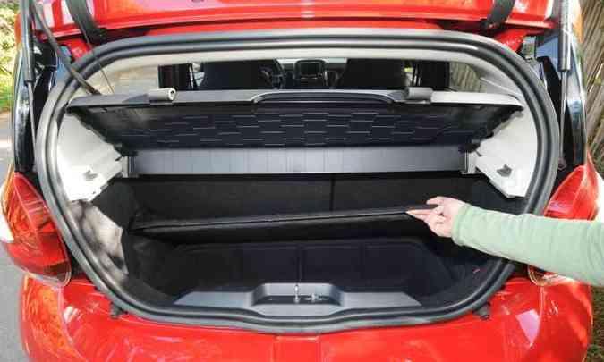 Compartimento removível separa objetos menores no porta-malas, que mesmo sem ele é pequeno(foto: Leandro Couri/EM/D.A Press)
