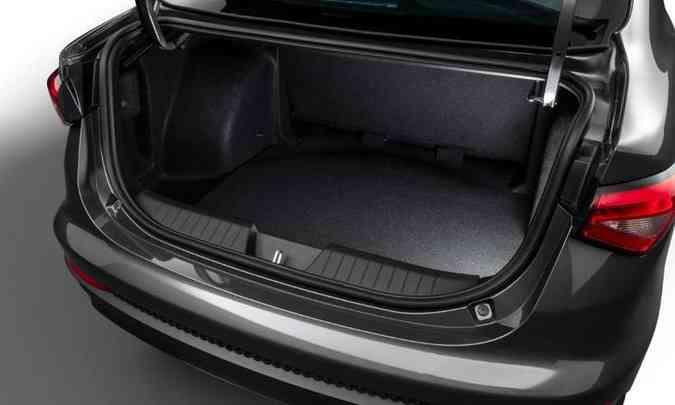 Apesar de ser um sedã compacto, o Fiat Cronos tem porta-malas com 525 litros de capacidade(foto: Fiat/Divulgação)