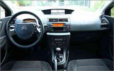 A versão básica do C4 ostenta o mesmo volante multifuncional e painel em LCD das mais caras  -