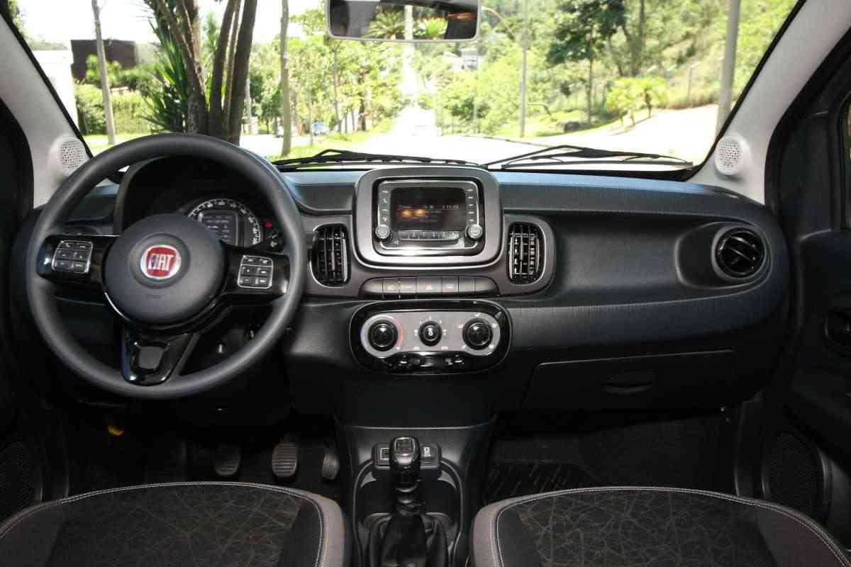 O painel de instrumentos da versão Drive tem um display configurável com diversas informações, como velocímetro e computador de bordo; apesar do uso de materiais simples, o acabamento é bom para a categoria  - Edésio Ferreira/EM/D.A Press