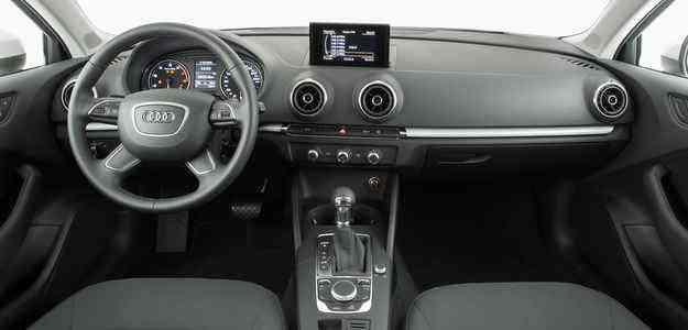 Painel é simples, mas tem bom acabamento e remete ao vintage - Audi/Divulgação