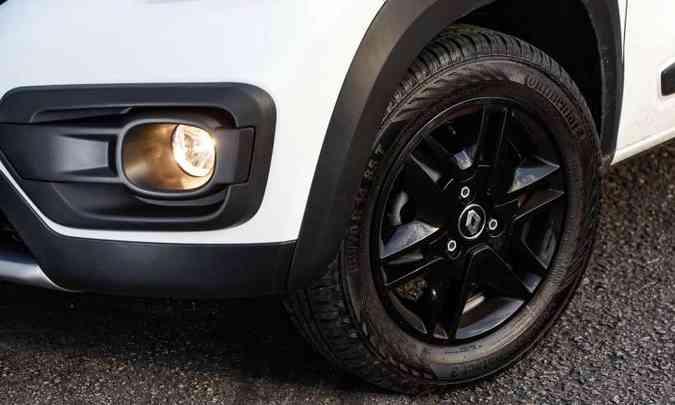 Farol de neblina ganhou nova moldura e as rodas contam com calotas pintadas de preto(foto: Rodolfo Buhrer/Renault/Divulgação)